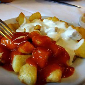 Patatas bravas y alioli en malasaña en Madrid Madriz