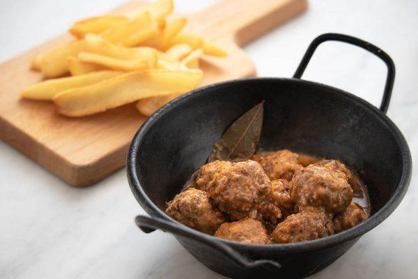 Ración de albóndigas con patatas fritas