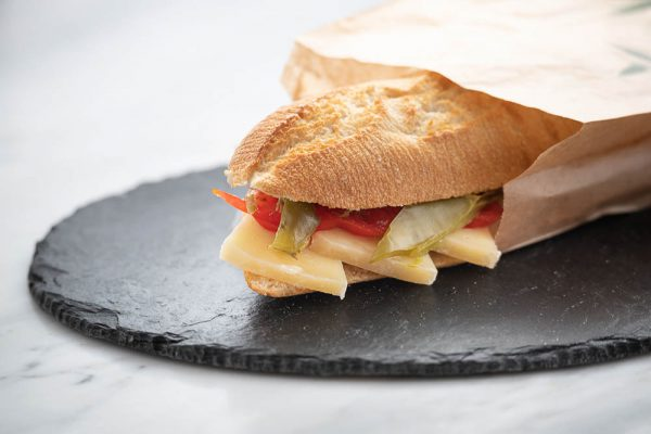 Bocadillo de queso manchego con pimientos en el centro de Madrid