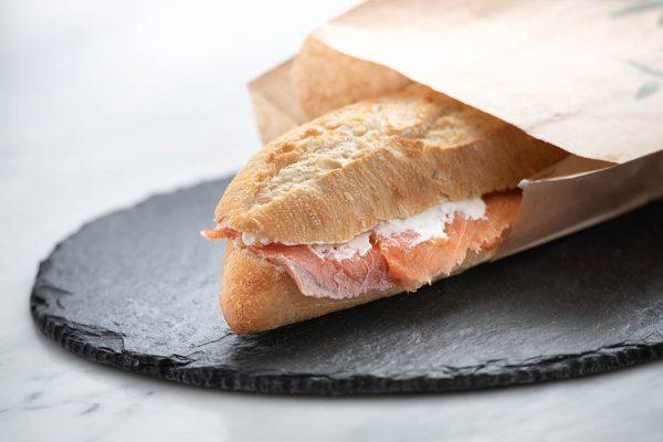 Bocadillo de salmón ahumado y crema de queso