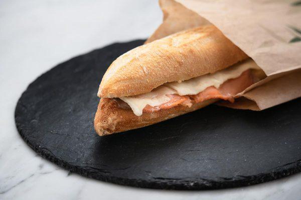 Bocadillo de salmón ahumado con queso fundido