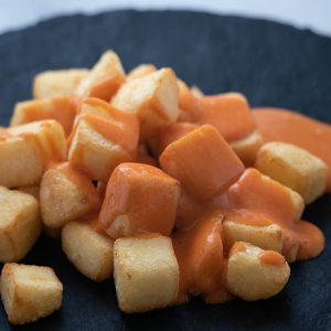 Ración de patatas bravas en Malasaña