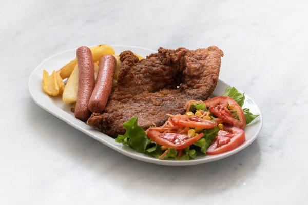 Plato combinado de escalope de ternera con salchichas, ensalada y patatas fritas