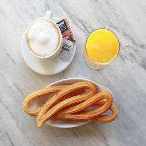 desayuno con Café, churros y zumo de naranja natural