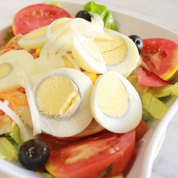 Ensalada de huevo duro y aceitunas negras