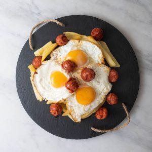 Huevos rotos con chorizo en Malasaña
