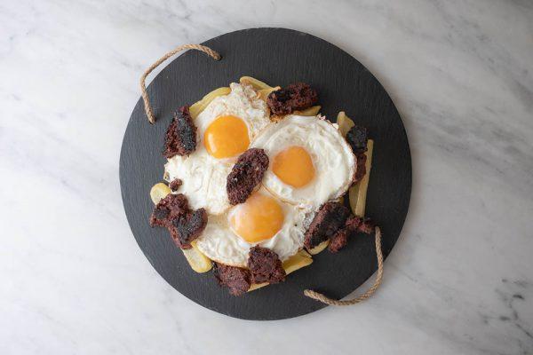 Huevos rotos con morcilla en Malasaña