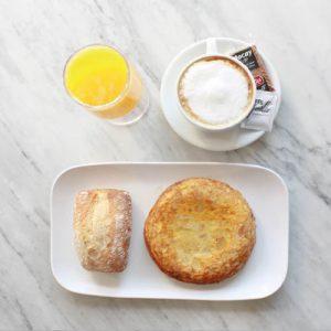 desayuno con pincho de tortilla en Malasaña