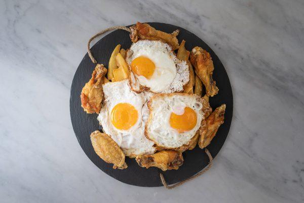 Huevos rotos con alitas