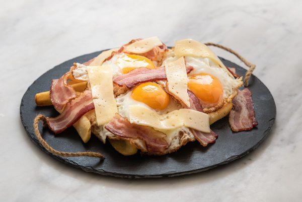 Huevos rotos con bacon y queso