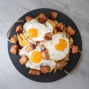 Huevos rotos con carne