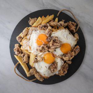 Huevos rotos con chopitos