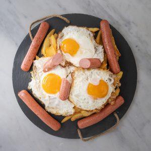 Huevos rotos con salchichas
