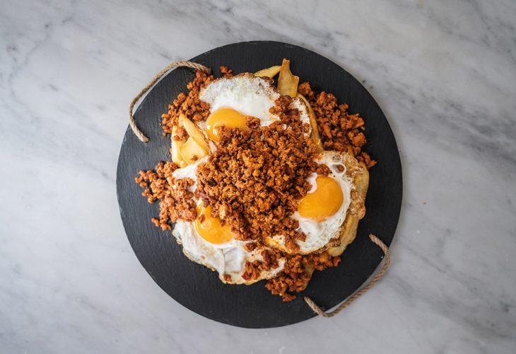 Huevos rotos con picadillo